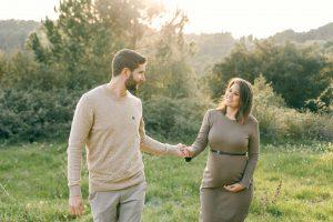 Fotos naturales pareja embarazo en el campo